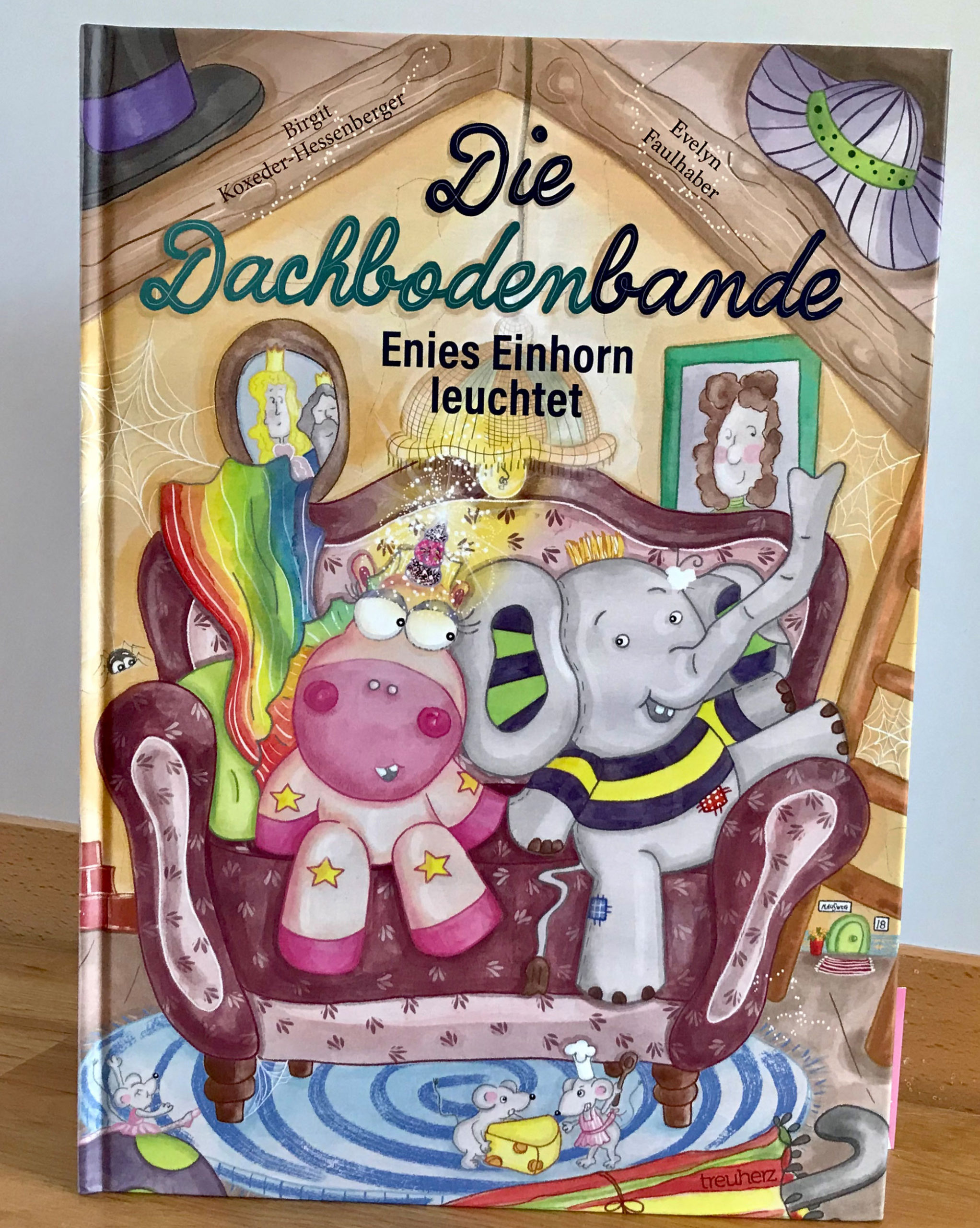 kinderbuch, einhorn, elefant, die dachbodenbande-enies einhorn leuchtet, treuherz verlag, evelyn faulhaber illustration, birgit koxeder-hessenberger